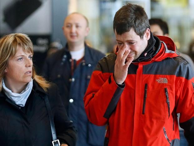 Familiares de vítimas do acidente com o voo 4U9525, da companhia alemã Germanwings, chegam ao aeroporto El Prat, em Barcelona, na Espanha (Foto: Albert Gea/Reuters)