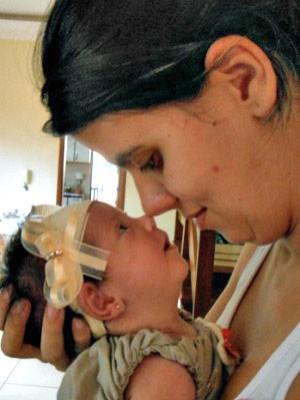 Mãe enfrenta sequelas de paralisia infantil para ter filha (Gabriela Pavão/G1MS)