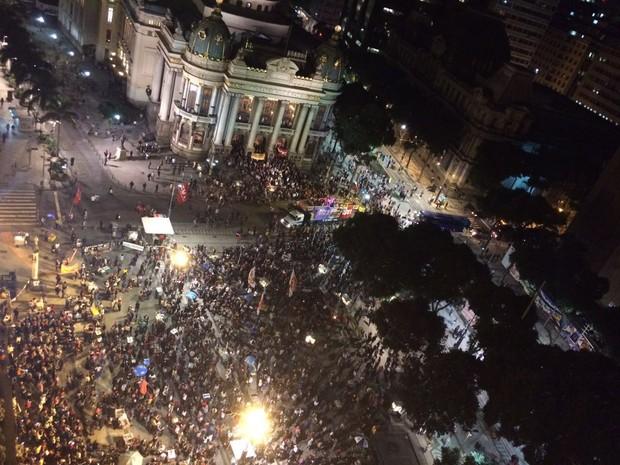 Protesto na Cinelândia reúne manifestantes contra Temer (Foto: G1)