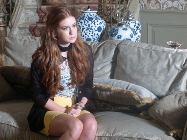 Nicole não esconde a dor que está sentindo (Foto: Amor à Vida/TV Globo)