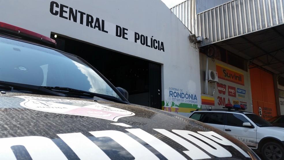 Foragidos da Justiça foram encaminhados à Central de Polícia para serem reintegrados ao sistema prisional (Foto: Toni Francis/G1)
