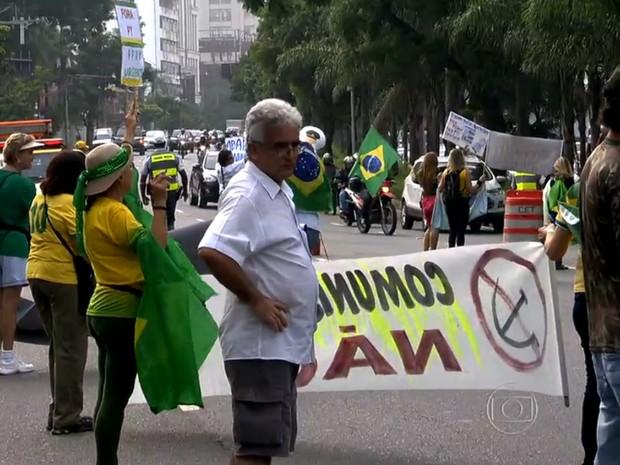 Manifestantes com roupas de exército e das cores verde e amarela protestaram contra o governo federal (Foto: TV Globo/Reprodução)