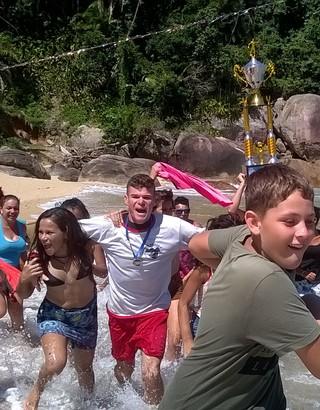 Crianças comemoram o título de Ponta Negra no infantil (Foto: Divulgação/Prefeitura de Paraty)