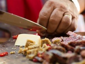 Cozinheiro exibe domínio da técnica durante corte dos ingredientes. (Foto: Érico Andrade/G1)