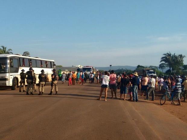 Polícia Rodoviária Federal já se encontra no local para negociar a liberação da BR-174. (Foto: Renato Diniz/TVCA)