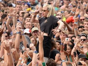 A vocalista da banda Crystal Castles foi parar no meio do público (Foto: Theo Wargo/Getty Images/AFP)