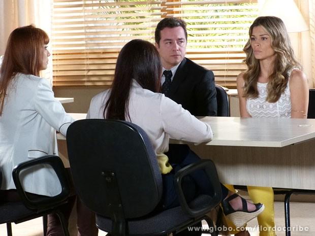 Ester dá seu depoimento pela guarda de Laurinha (Foto: Flor do Caribe / TV Globo)