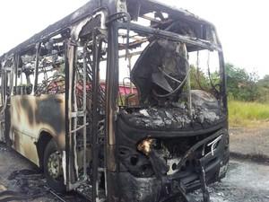 Quatro homens armados atearam fogo em ônibus em Criciúma no sábado (2) (Foto: Fernando José da Silva/RBS TV)