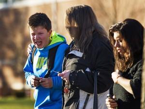 Garoto chora ao deixar a escola em Newtown, no estado americano de Connecticut. (Foto: Lucas Jackson/Reuters)