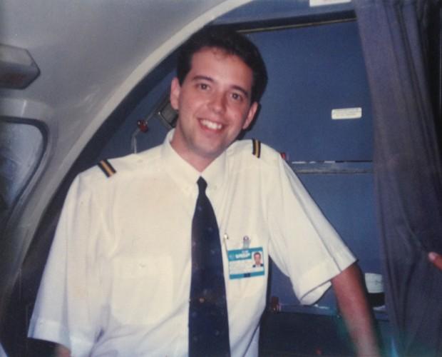 Escobar na época em que era comissário de bordo (Foto: Arquivo Pessoal)