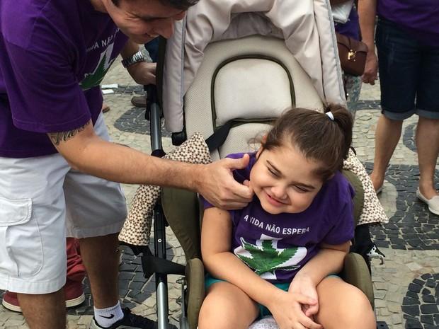 Criança tratada com canabidiol participa de ato na orla de Ipanema  (Foto: Henrique Coelho/G1)