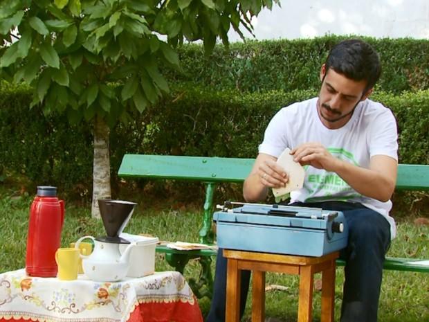 Poeta usa filtros de café usados para compor poemas em parque de São Lourenço, MG (Foto: Reprodução EPTV)