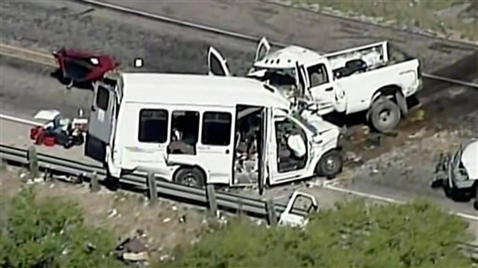 Grave acidente entre van e caminhonete deixa 13 mortos nos EUA (Foto: KABB/WOAI via AP)