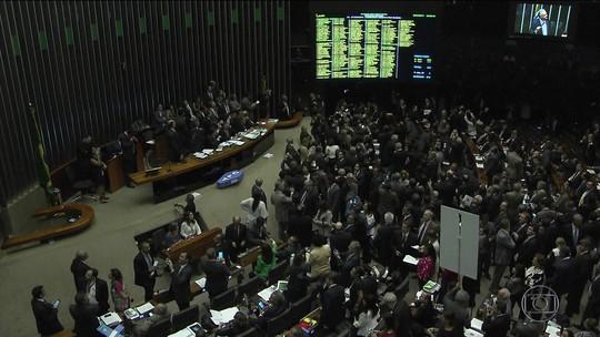 Após 14 horas de sessão, Câmara aprova reforma trabalhista