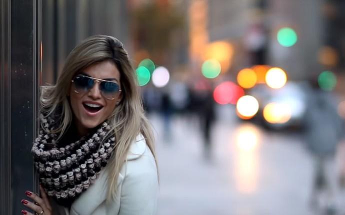 Kelly Key paseia pelas ruas de Nova Iorque no clipe de Let It Glow (Foto: Reprodução)