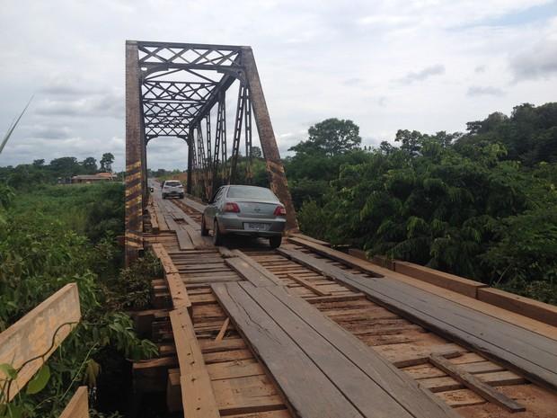 As condições da ponte do Ribeirão tem colocado em risco a vida de quem precisa atravessá-la.  (Foto: Júnior Freitas/G1)