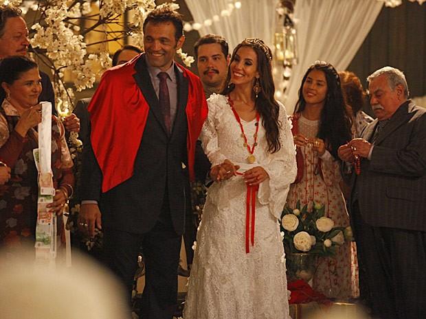 Linda no longo rendado, a noiva arrancou suspiros do noivo no altar (Foto: Salve Jorge/TV Globo)