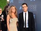 Jennifer Aniston usa vestido com fenda e quase mostra demais em prêmio
