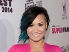 Demi Lovato usa look decotado em evento nos Estados Unidos