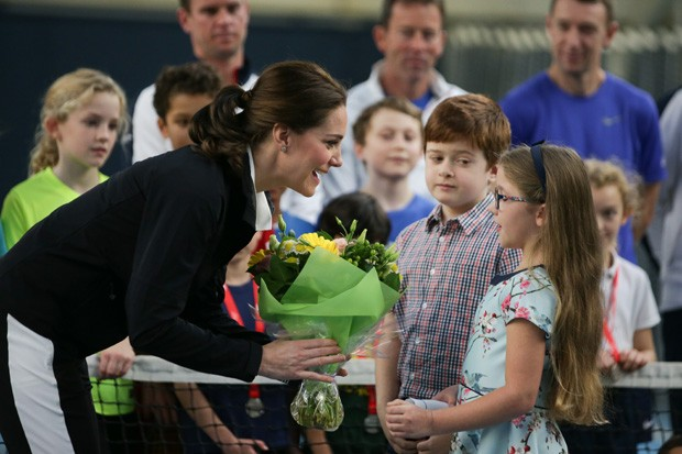 LONDON, UNITED KINGDOM - OCTOBER 31: Catherine, Duchess of Cambridge, receives a bunch of flowers during a visit at the Lawn Tennis Association (LTA) at the National Tennis Centre on October 31, 2017 in southwest London, England.  The Duchess of Cambridge (Foto: Getty Images)