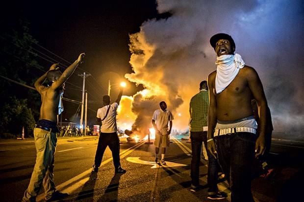 VIOLÊNCIA Manifestantes em Ferguson entram em confronto com a polícia. A cidade é o centro do maior conflito racial nos EUA em 20 anos (Foto: Lucas Jackson / Reuters)