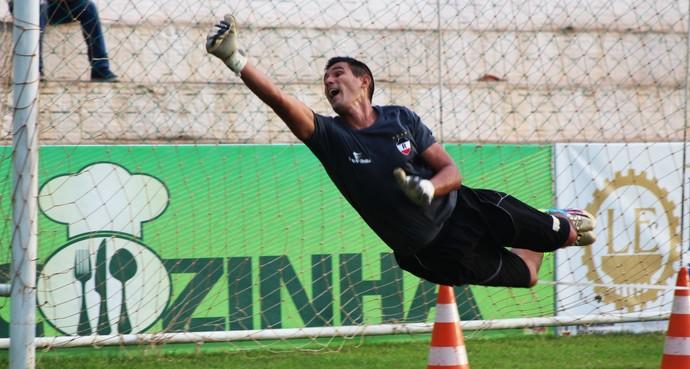 Rodolpho, goleiro do River-PI, espetinho  (Foto: Stephanie Pacheco)