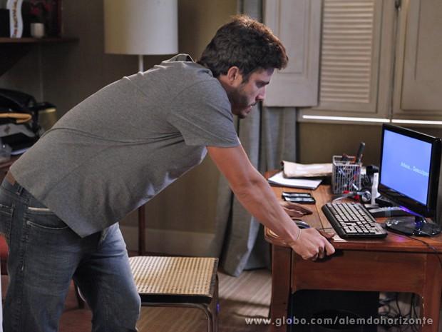 William vê mensagem deixada por Marlon no computador (Foto: Pedro Curi/TV Globo)