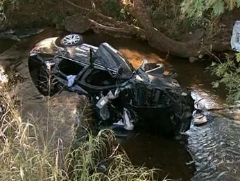 Motorista perdeu o controle da direção do veículo e capotou (Foto: Reprodução RPCTV Londrina)