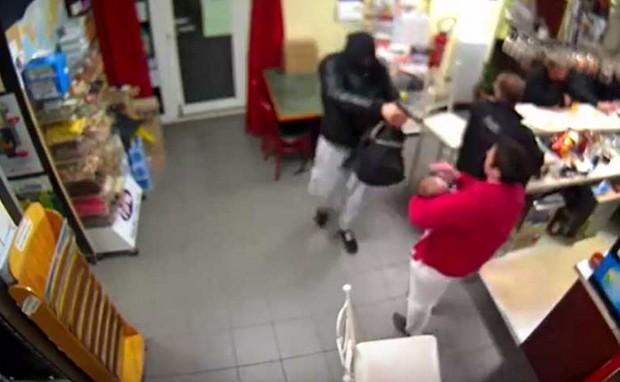 Mesmo segurando bebê, dona de bar confrontou ladrão armado e o expulsou (Foto: Reprodução/YouTube/Normandie-actu)