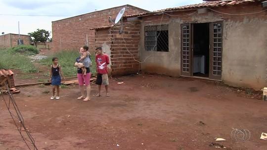 Diarista vive com 7 filhos em casa de dois cômodos e sem móveis, em GO