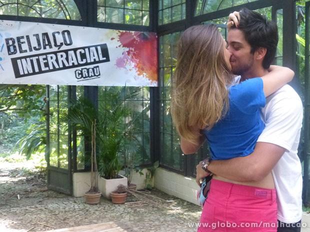 Beija eu, beija eu.... Os recém-casados não podiam ficar de fora desta, né? (Foto: Malhação/ TV Globo)