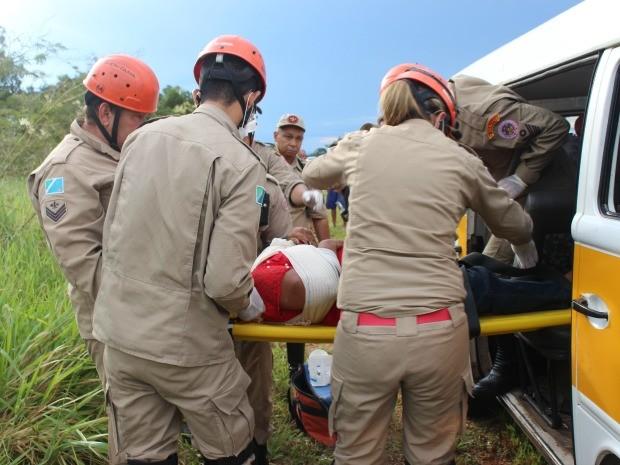Capotagem deixa 3 pessoas feridas em rodovia de MS, dizem bombeiros (Foto: Maria Caroline Palieraqui/G1 MS)