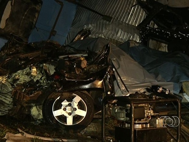 Carro ficou completamente destruído em acidente na BR-060, em Goiás (Foto: Reprodução/ TV Anhanguera)