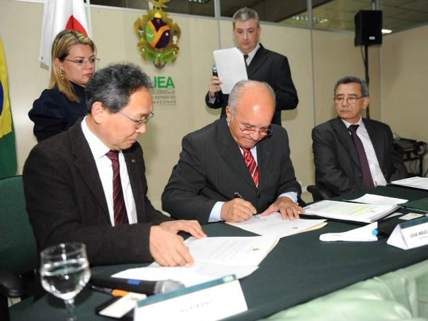 O vice-governador do Amazonas, José Melo (à direita) e o diretor executivo do Riken, Kenji Oeda, assinaram o convênio nesta segunda (Foto: Chico Batata/Agecom)
