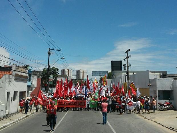 Manifestantes saíram em cmainhada pelas ruas de Maceió para declarar apoio à presidente Dilma (Foto: Lucas Leite/G1)