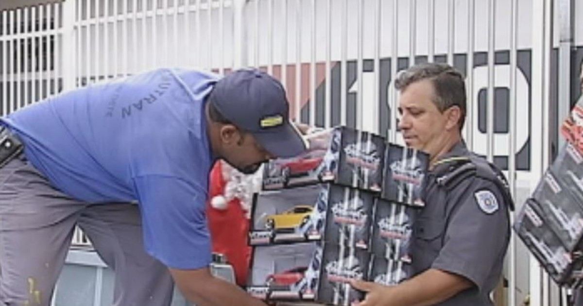 Policiais entregam presentes para crianças em Barra Bonita e Igaraçu - Globo.com