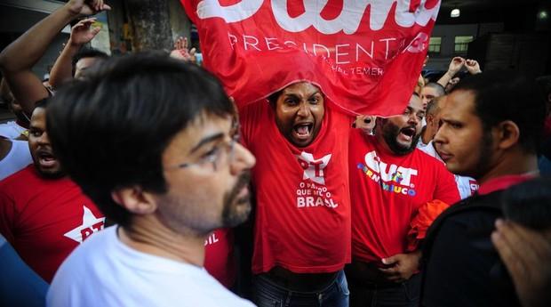 Militantes do PT (Partido dos Trabalhadores) em ato a favor da Petrobras (Foto: Agência Brasil)