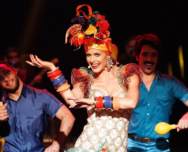 Fernanda Lima dança e canta vestida de Carmen Miranda (Foto: Fábio Rocha / Gshow)