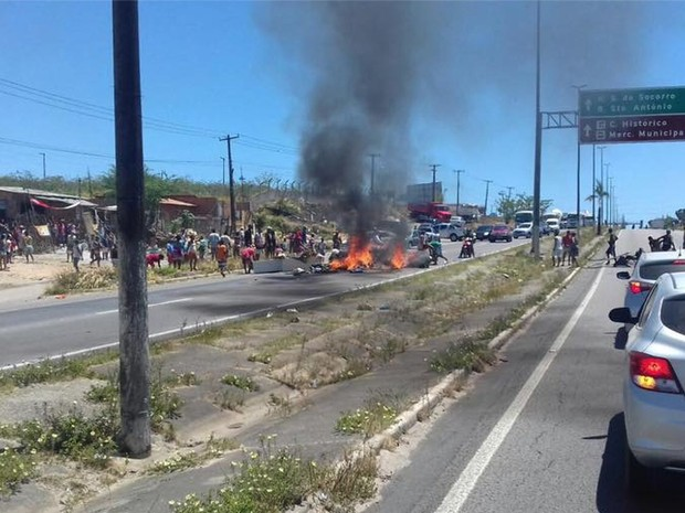Moradores de invasão protestam contra corte de energia (Foto: PRF/SE)