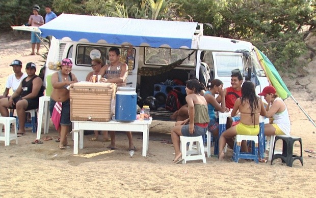 Vendedores aproveitam visita de banhistas para lucrarem nas praias de Boa Vista (Foto: Roraima TV)