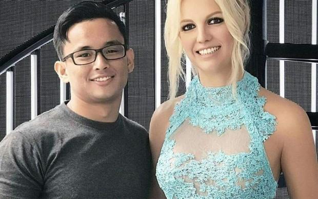 Fã posa com estátua de cera de Britney Spears (Foto: Reprodução)
