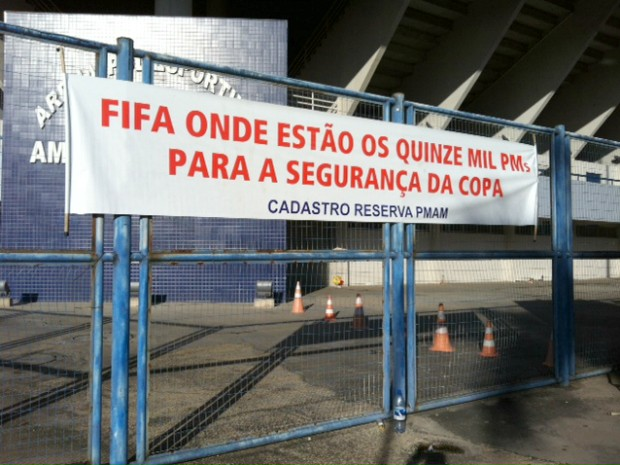 Grupo afixou cartaz em grandes da Arena Amadeu Teixeira (Foto: Adneison Severiano/G1 AM)