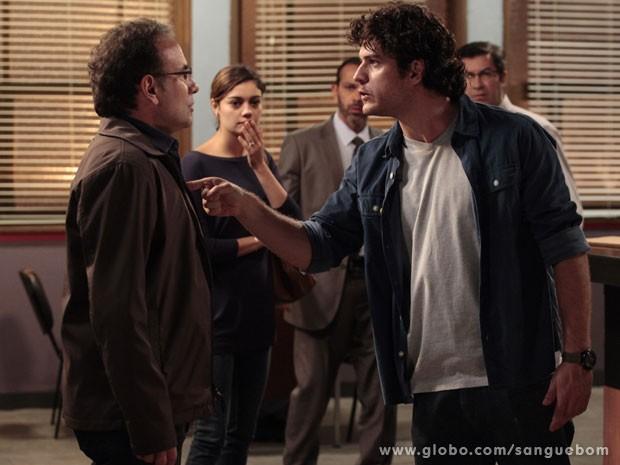 Bento ameaça sumir da vida de Wilson se ele insistir em denunciar Amora (Foto: Sangue Bom / TV Globo)