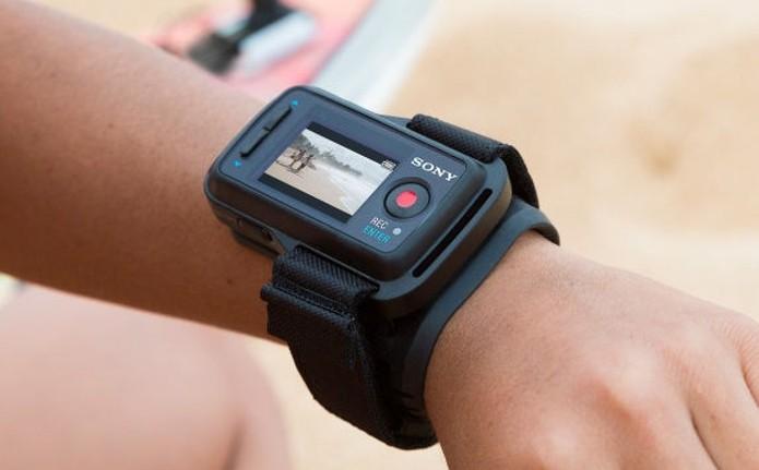 O controle remoto da Sony tem uma tela para pré-visualização a distancia (Foto: Divulgação/Sony)