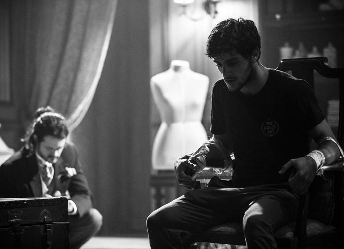 Felipe minutos antes da cena em que quebra a cadeira (Foto: Raphael Dias / Gshow)