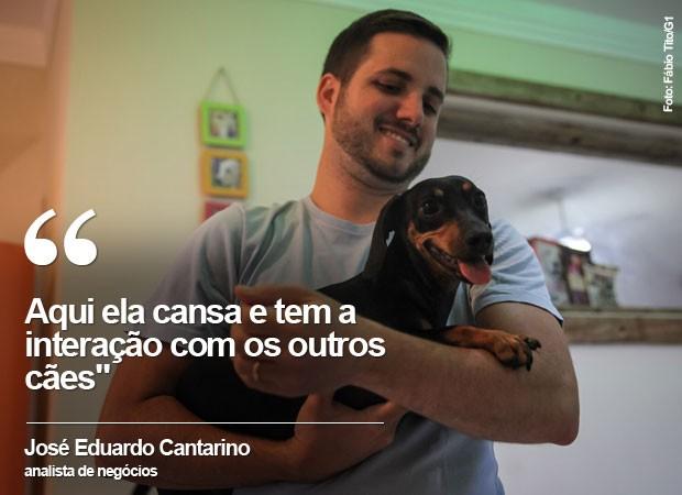 O analista de negócios José Eduardo Cantarino deixa sua cadela na creche em São Paulo (Foto: Fábio Tito/G1)