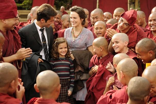 Bruno Gagliasso, Mel Maia e Bianca Bin já como seus personagens de Joia Rara, em cena gravada no Nepal  (Foto: Renato Rocha Miranda/Globo)