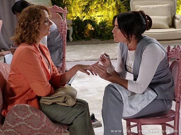Brenda não perde a chance de provocar, mas Rosemere faz a fina e termina o trabalho (Foto: Sangue Bom/TV Globo)