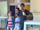 Sem Xuxa, Junno Andrade embarca com a filha, no Rio