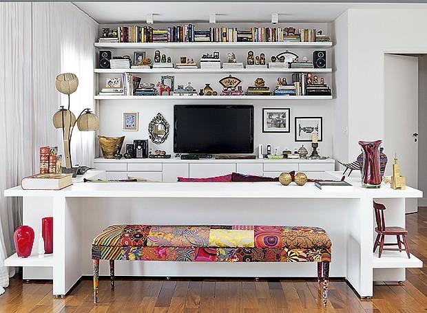 Em blocos: Nesta sala de TV projetada pela designer de interiores Maristela Gorayeb, os livros, revistas e objetos estão divididos em três prateleiras que correm pela parede principal, sem tocar nas laterais. Para driblar a monotonia, siga o exemplo da fo (Foto: Lufe Gomes/ Editora Globo)